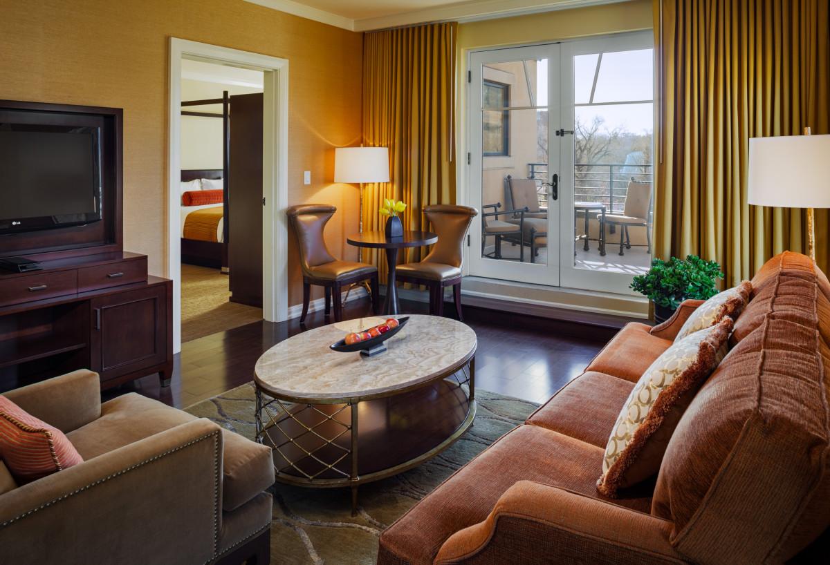 St Julien Hotel & Spa guestroom - St Julien suite parlor area